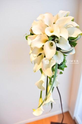 ホワイトカラーのカキャスケードブーケ 生花