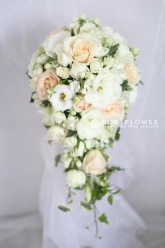 サーモンピンク&ホワイト キャスケードブーケ 生花