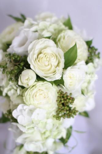 ホワイト&ライムグリーン キャスケードブーケ 生花
