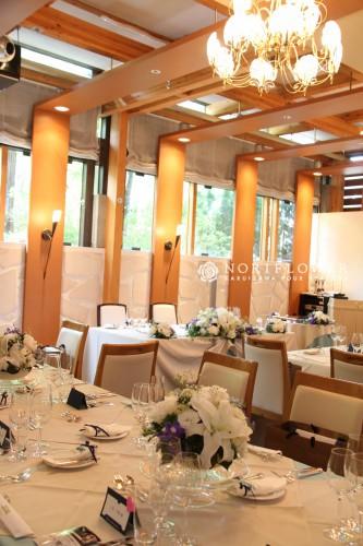 会場装飾フラワー テーブルフラワー 白&ブルーアレンジメント ウェディングフラワー